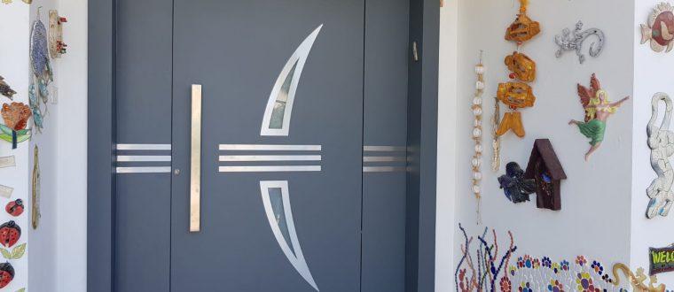 דלת פלטיניום משולבת עם חיפוי משקוף אלומיניום, יהוד
